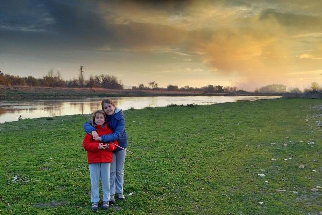 Posando junto al río