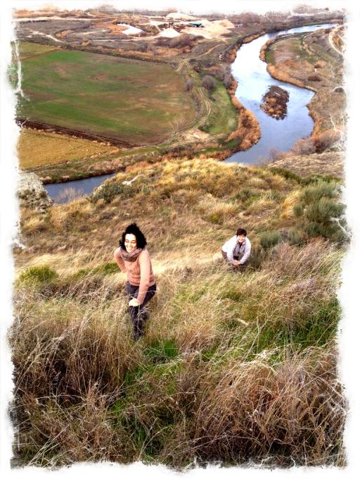 Ascendiendo por una de las laderas después de visitar unas trincheras y un puesto de vigilancia