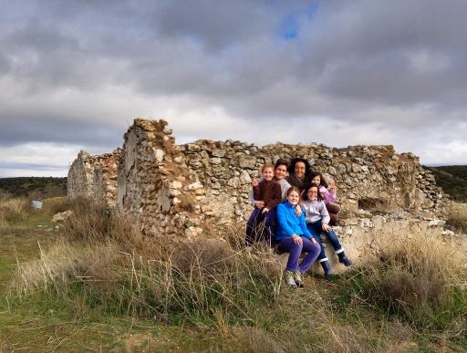 Foto del grupo en los restos de la antigua casa del Butarrón