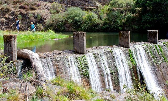 Pequeña presa que embalsa el agua del río