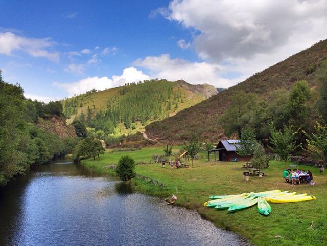 Vista general del área recreativa y del río Agüeira