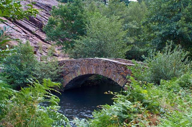 Bonito puente sobre el río Agüeira